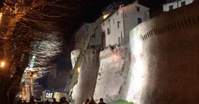 Demolito nella notte l'edificio pericolante sopra le mura di Corinaldo / FOTO – VIDEO