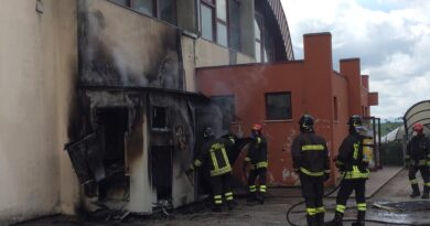 Divorata dalle fiamme la cabina elettrica all'esterno del Palazzetto dello Sport di Corinaldo / FOTO e VIDEO