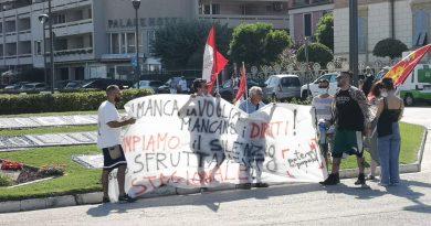 In piazzale della Libertà la protesta di Potere al popolo contro lo sfruttamento dei lavoratori stagionali